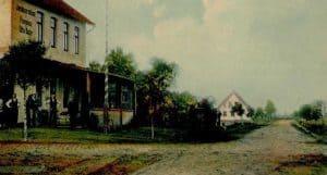 Detail von der Ansichtskarte Buhrs Hotel: die B3 hatte 1906 noch Kopfsteinpflaster und die Poststraße rechts ist recht leer