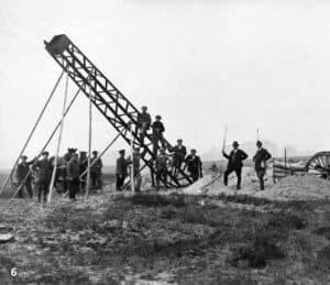 Das Aufstellen der Strommasten war eine Aufgabe für das ganze Team(1929) - aus 85 Jahre EWE, EWE AG