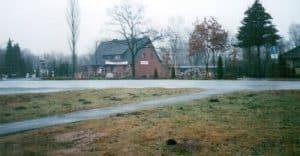 Blick vom Ehrhorner Heuweg über die Lange Straße zum Natursteingarten in Wintermoor (1998)