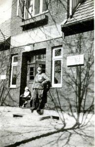 Ahlborn als Soldat vor dem Gasthaus in Geversdorf