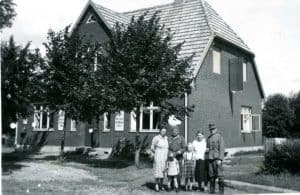 Familie Ahlborn vor dem Laden in Geversdorf