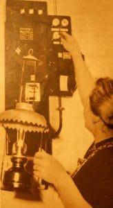 Kurzschluß? SIcherung raus! Das kann passieren. Dann kommt eben die Petroleumlampe wieder zu Ehren. Ganz geheuer ist den Heidjerfrauen allerdings noch nicht, wenn sie ab und zu Sicherungen auswechseln müssen. (aus: HörZu 1/1955)