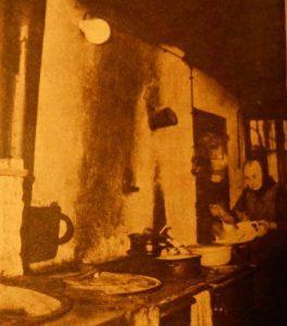 In der alten Räucherkate: Ja, siehste, Oma - bei elektrischem Licht läßt sich doch viel besser ein Süpplein kochen! Aber es wird noch lange dauern, bis die Großmutter völlig überzeugt ist - sie ist nun mal eine echte Heidjerin. (aus: HörZu 1/1955)