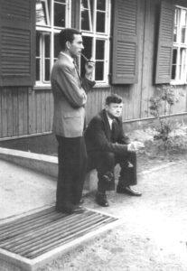 Krankenhaus Wintermoor - zwei Kinderärzte, sitzend vielleicht Rudolf Degkwitz, zwischen 1944-47