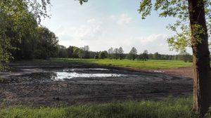 Blick über die alte Wümme hin zur neuen Wümme am Ottermoorer Weg im Mai 2017, die Wiese wurde frisch umgebrochen.