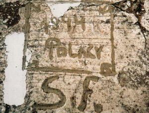 Initialen eines Polen im Beton, Reinsehlen 1944
