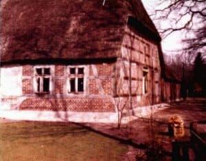 Umbau vom Wohnteil im Jahr 1974. Bei genauerem Hinsehen ist im Hintergrund noch ein Teil des alten Schweinstalls vom Ramakershof zu sehen.
