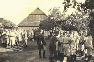 Als Bauernhof getarnte Gebäude auf dem Flugplatz Reinsehlen 1941