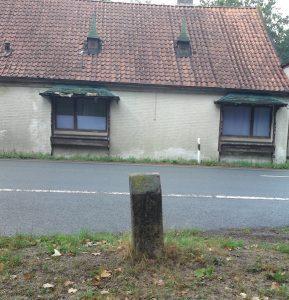 Widerlager vom Schlagbaum beim Chausseehaus Wintermoor - Blick aufs Haus 2018