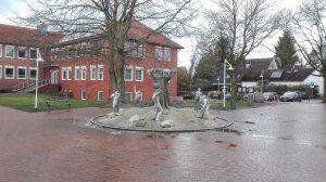 Brunnen am Rathaus Schneverdingen mit Sagengestalten