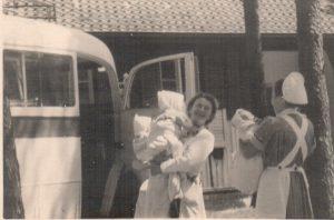 Kinderankunft per Bus im Ausweichkrankenhaus 1944-47 - abgebildet ist vielleicht auch Margarita van der Borg