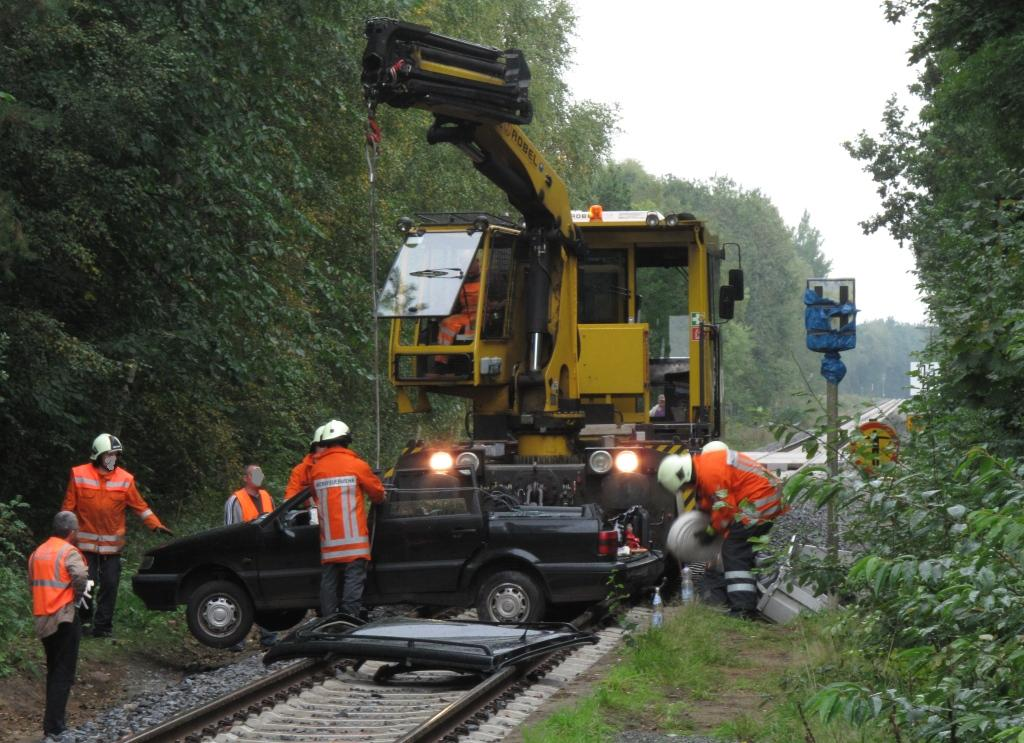 Unfall Wintermoor 24.9.2010: Das GAF-Arbeitsfahrzeug hat die Unfallstelle erreicht und nimmt mit Hilfe der Bahnfeuerwehr das Unfallauto auf - Bild heidekreuz.de