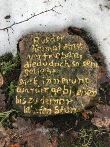Erinnerungsstein von Teil B des Wintermoorer Friedhofs - Foto Peter Hergt Schrift nachbearbeitet